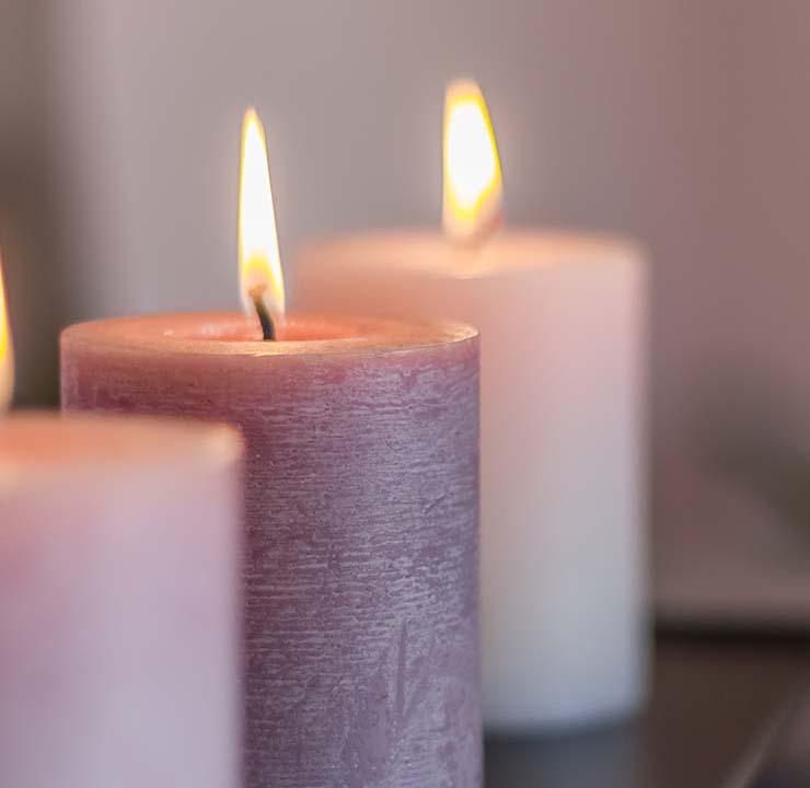 Fotografia dettaglio candele accese